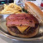 大須商店街近く、上前津駅から徒歩1分『ウッズダイナー WOODS DINER』のベーコンチーズバーガーはデカくて肉食べたなーという感じ。